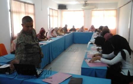 20 pelaku Industri Kecil Menengah (IKM) saat mengikuti pelatihan sistem jaminan halal dalam rangka fasilitasi sertifikat halal di hotel Sunrise City, Rabu (16/11).