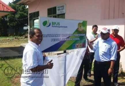 Kepala BPJS Ketenagakerjaan Tanjungpinang, Jefri Iswanto saat foto bersama dengan Walikota Tanjungpinang, Lis Darmansyah di Pulau Penyengat.