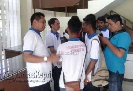 Kepala Kejari Tanjungpinang Harry Ahmad Pribadi saat diwawancara Jurnalis di Kantor Kejari Tanjungpinang, Jumat (9/12).