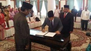 Gubernur Kepri Nurdin Basirun saat melantik Kepala Kemenkumham Kepri dari Ohan Suryana Ke Bambang Widodo, Kamis (29/12) di Gedung Daerah Tanjungpinang.