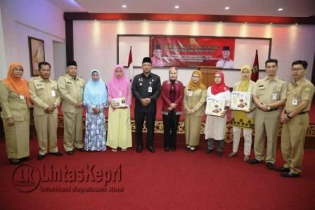 Walikota Tanjungpinang, Lis Darmansyah foto bersama di acara Pembinaan & Peningkatan Kapasitas Penerima Bantuan Langsung Pemberdayaan Masyarakat Dinsosnaker.