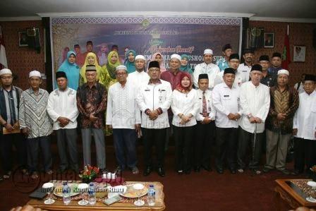 Walikota Tanjungpinang, Lis Darmansyah saat foto bersama Imam Masjid dan Guru TPA/TPQ Se-Tanjungpinang, Rabu (7/12) di Aula Bulang Linggi.