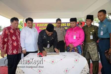 Walikota Tanjungpinang, Lis Darmansyah saat meresmikan panggung rakyat di Kantor Kecamatan Tanjungpinang Barat.