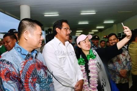 Gubernur Provinsi Kepulauan Riau, Nurdin Basirun saat berfoto selfi dengan perwakilan Turis China di Bandara Raja Haji Fisabilillah Kota Tanjungpinang, Minggu (18/12) pagi.