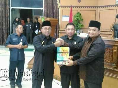 Walikota Tanjungpinang, Lis Darmansyah foto bersama Ketua DPRD Kota Tanjungpinang, Ade Angga dan Wakil Ketua I DPRD Tanjungpinang, Ade Angga usai paripurna Laporan Kerja Pertanggungjawaban (LKPj) Walikota Tahun 2016, Jumat (31/3).